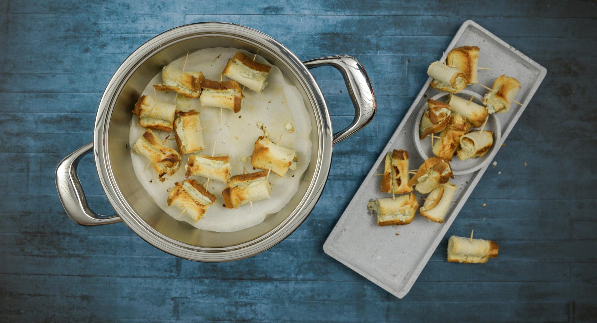 Rotolini di toast al formaggio