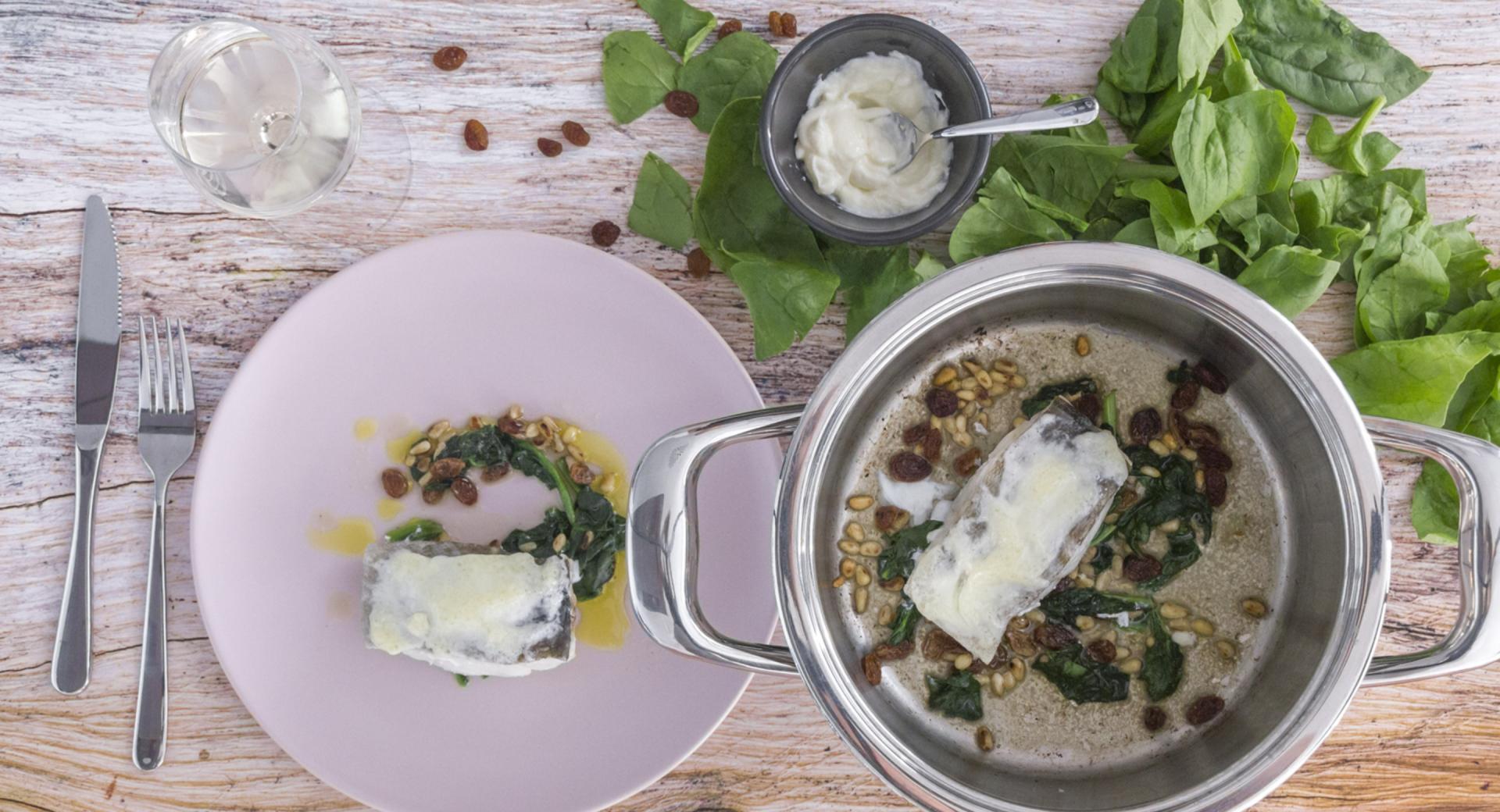 Baccalà gratinato con spinaci, uvetta e pinoli