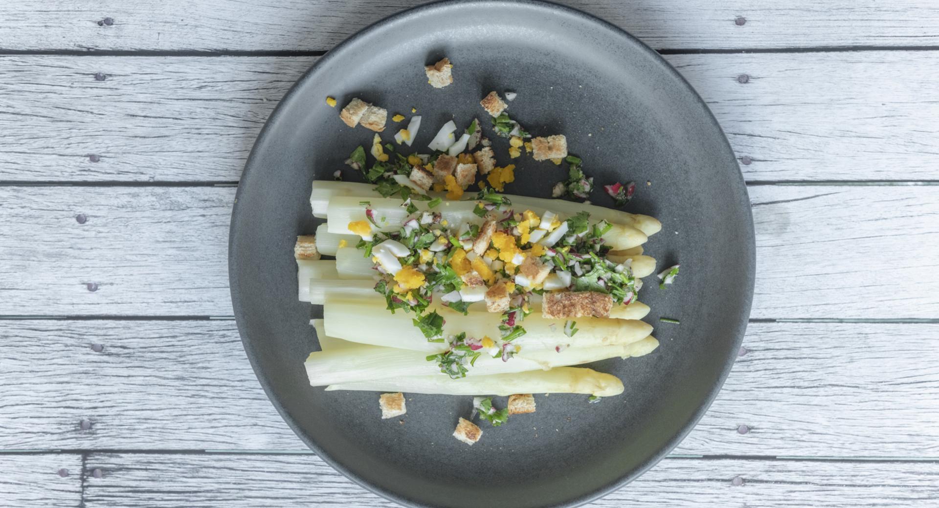 Asparagi con crumble colorato