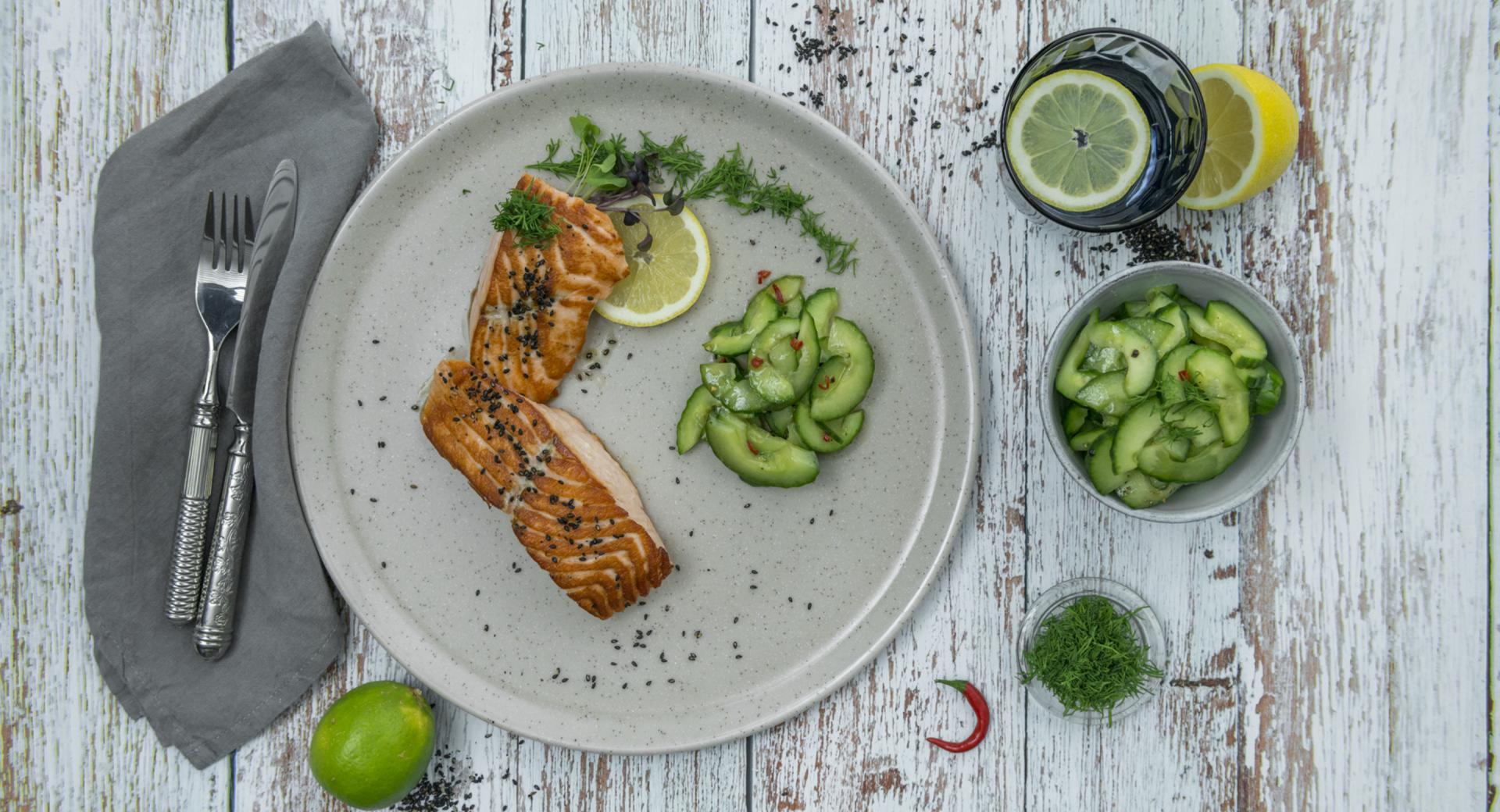 Filetto di salmone con insalata di cetrioli e peperoncino
