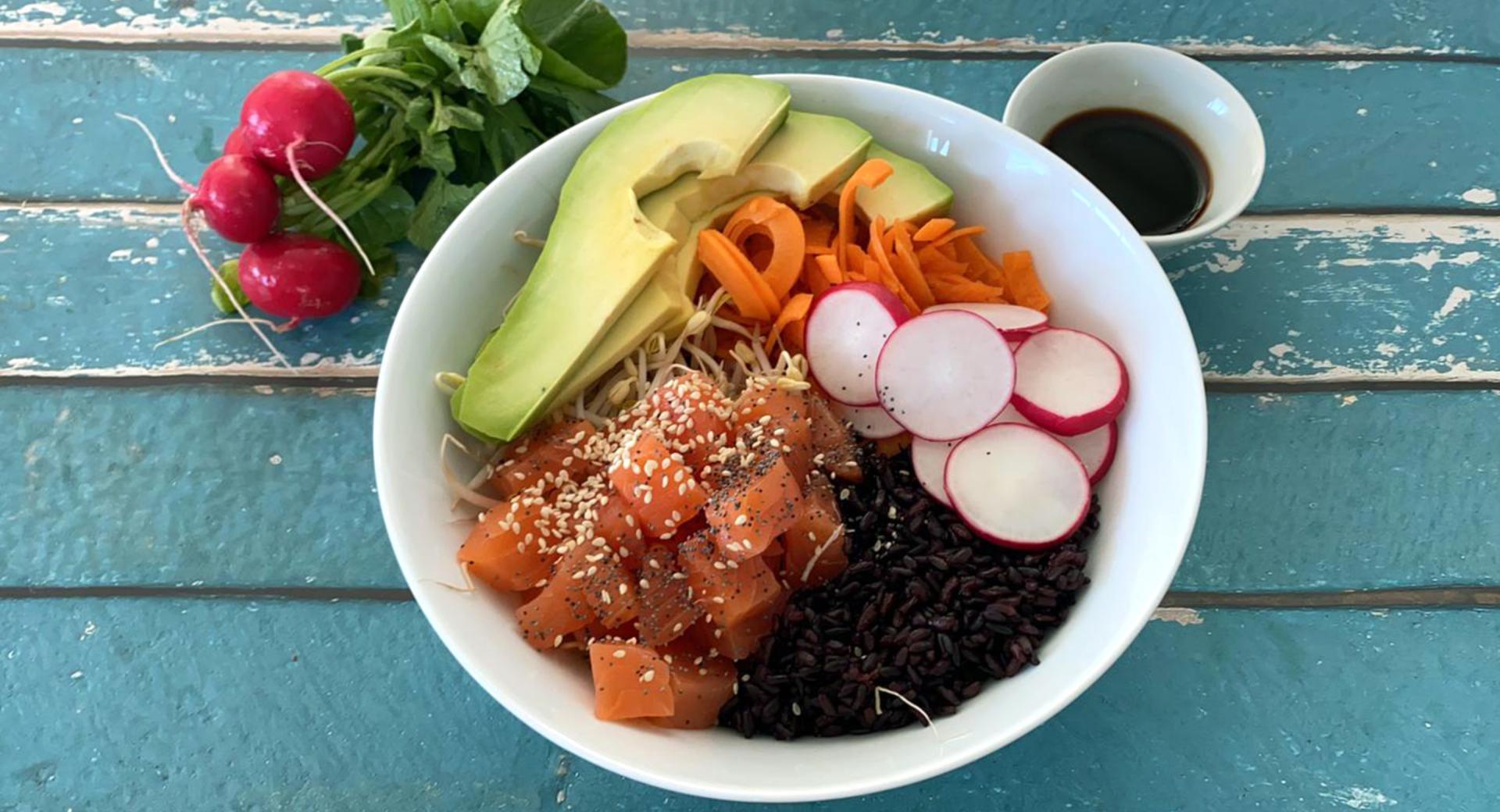 Pokè di salmone e riso venere