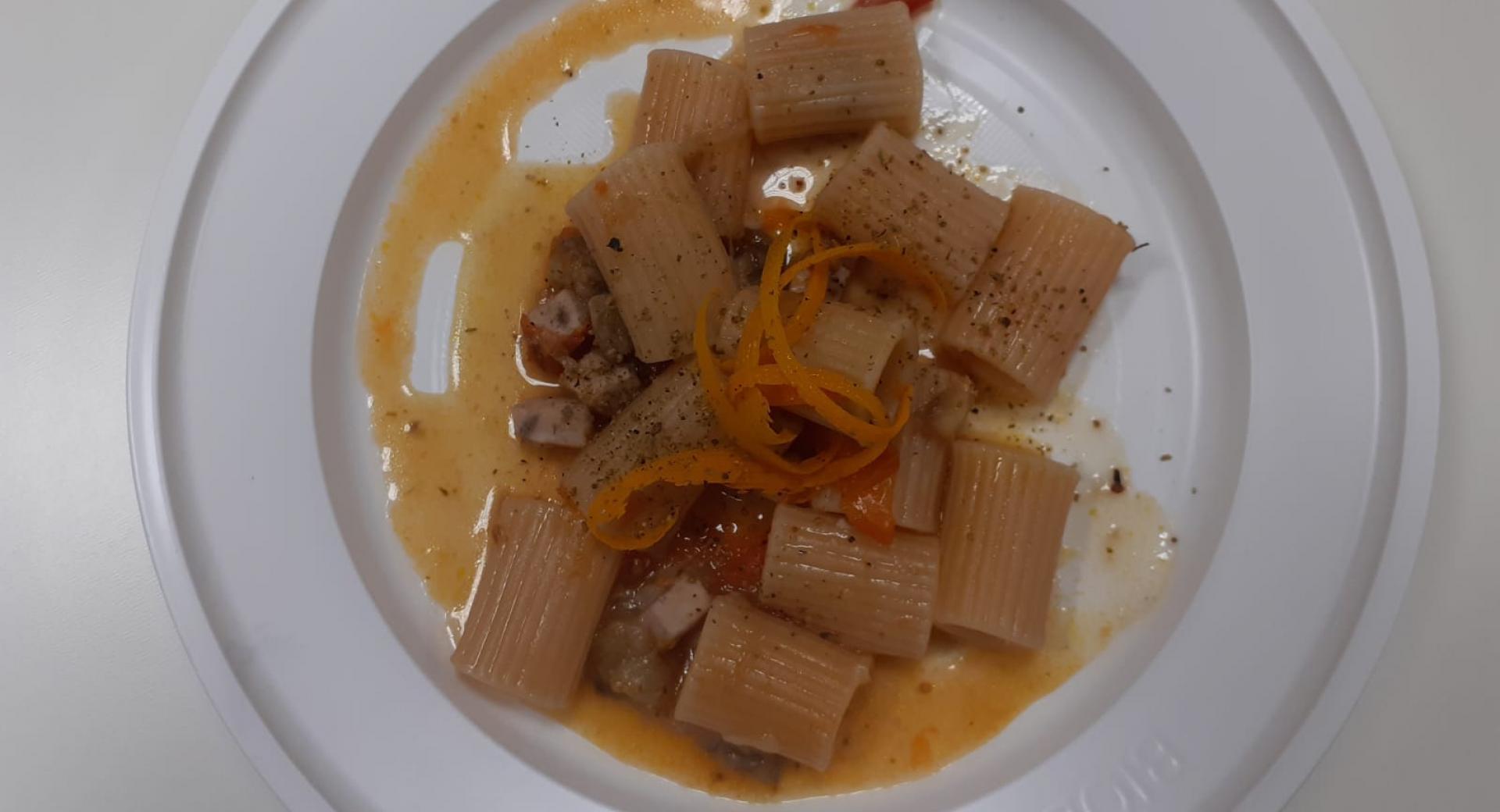 Mezze maniche con pesce spada melanzane e arance
