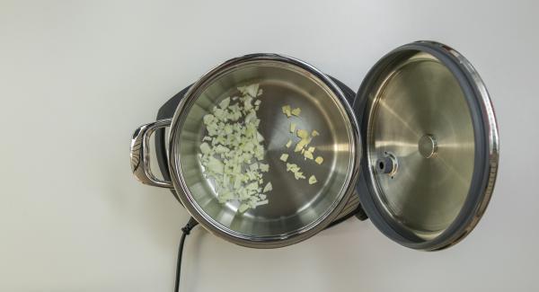 """<span><span lang=""""IT""""><span>Preparare gli ingredienti secondo la ricetta. Mettere all'interno dell'Unità di cottura a freddo gli eventuali ingredienti che si desidera rosolare.Posizionare l'Unità su Navigenio e chiuderla con EasyQuick con l'anello di tenuta corrispondente al diametro dell'Unità di cottura scelta.</span></span></span>"""