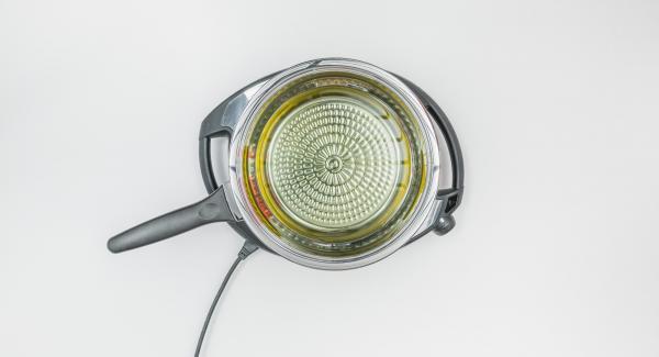 Versare l'olio per friggere (nella quantità richiesta dalla ricetta) in una Padella Arcobaleno posizionata su Navigenioe mettere il coperchio.