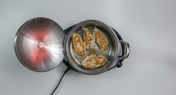 Spegnere il segnale acustico con il tasto destro o sinistro, sollevareil coperchio e girare la carne.