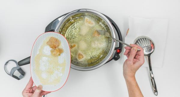 Impostare Navigenio a livello 2, adagiare i nuggets di pollo nella Padella Arcobalenoe coprire con il coperchio.