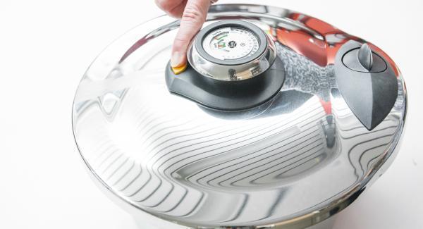 Premere il pulsante di sfiato giallo (non usare con ingredienti che producono schiuma come panna o latte, per zuppe di carne o per patate in camicia)e rimuoverlo.