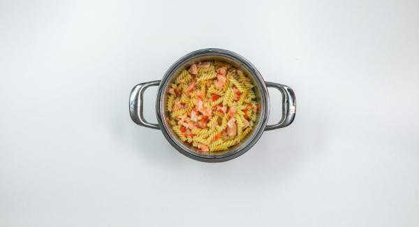 """Mescolare la pasta precedentemente cotta (se desiderato, <a href=""""https://www.cucinareconamc.info/kochen/cuocere-velocemente-e-automatico-con-secuquick-modalita-soft"""">cottura con Secuquick modalità """"soft"""" e programma automatico """"A""""</a>)."""