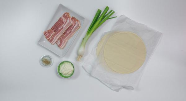 Stendere l'impasto per la pizza (fatto in casa o già pronto) in base al diametro dell'Unità di cottura e preparare gli altri ingredienti.