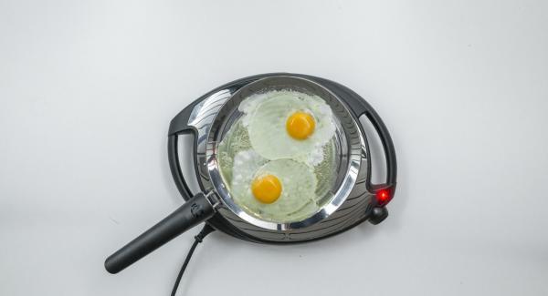 Aprire due uova nell'oPan e friggerle come meglio si desidera. Regolare con sale e pepe se gradito.