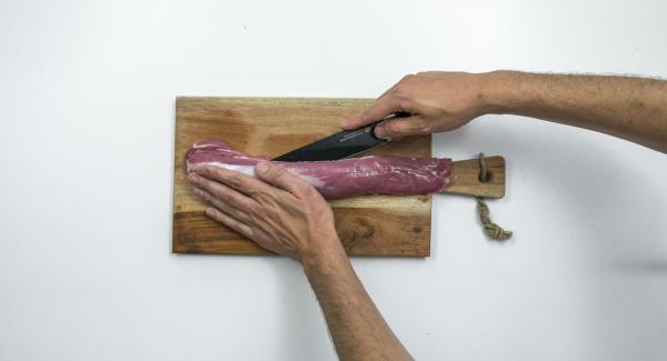 Incidere la lonza per il lungo e ricavare una tasca. Tagliare le albicocche a dadini, sbucciare gli scalogni e tagliarli a metà.