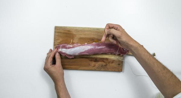 Chiudere la tasca di carne e legarla con uno spago da cucina.