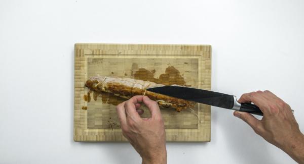 Tagliare l'arrosto a fette, guarnire con gli scalogni, insaporire e servire.