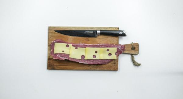 Farcire la lonza con le fette di Emmental, le fette di prosciutto e infine le albicocche tagliate a dadini.