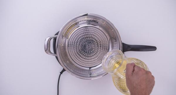 """Versare l'olio all'interno della Padella Arcobaleno. Coprire la Padella con il coperchio e posizionarla su Navigenio a livello 6. Accendere Audiotherm, applicarlo su Visiotherm e ruotare finchè non compare il simbolo """"carne""""."""