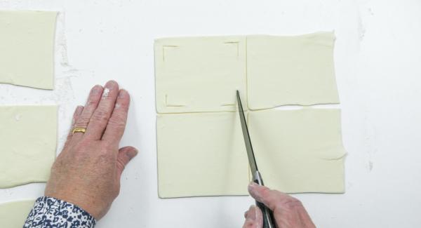 Con l'aiuto di un coltello, incidere il quadrato di sfoglia agli angoli come mostrato nella foto.