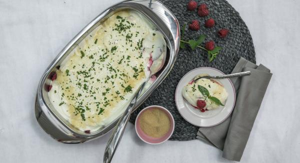 Tritare le foglie di menta piperita e cospargerle sullo strato di yogurt. Guarnire generosamente con lo zucchero di canna, oppure servire lo zucchero a parte.