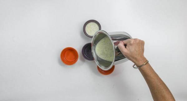 Sciacquare quattro forme (da 150 ml) con acqua fredda e versare in esse la miscela cremosa. Lasciare raffreddare e riposare in frigorifero durante la notte.