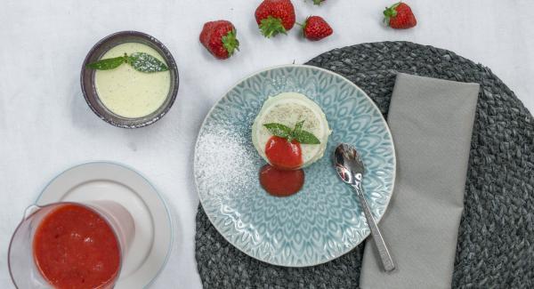Immergere le forme in acqua calda per un breve periodo di tempo, impiattare e servire con la salsa di frutta.