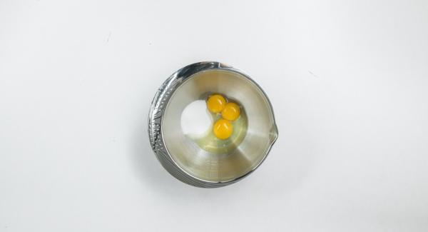 Il giorno precedente, mescolare il tuorlo d'uovo con lo zucchero fino a quando quest'ultimo si dissolve.