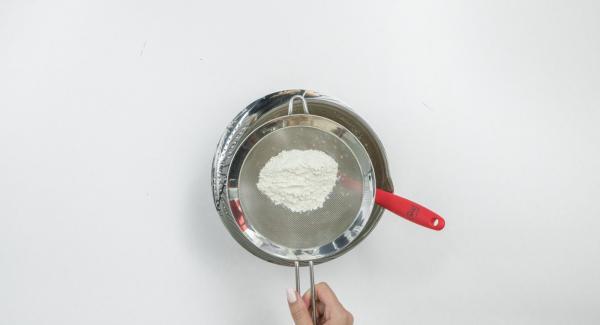 Mettere il cioccolato fondente e il burro in una ciotola e scioglierlo a bagnomaria, facendo attenzione a non riscaldarlo troppo. Incorporarlo al composto di uova, setacciarvi sopra la farina e amalgamare il tutto con cura.