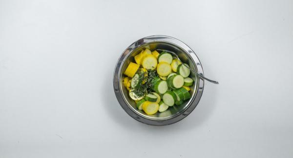Lavare e affettare le zucchine. Tritare finemente il timo e il rosmarino. Mescolare le fette di zucchine, le erbe aromatiche, il succo di limone, l'olio d'oliva e il pepe e lasciar marinare per ca. 30 minuti.
