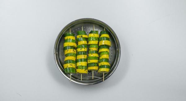 Infilare le fette di zucchina in quattro spiedini, alternando i colori, e posizionarli nella Softiera.