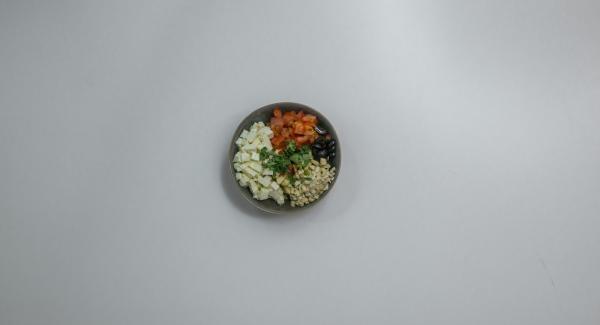 Mescolare tutto con olio d'oliva e arachidi e condire con sale, pepe e paprika in polvere.