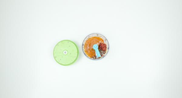 Aggiungere la marmellata di albicocca e la passata di pomodoro, mescolare e condire con salsa di soia e sale.