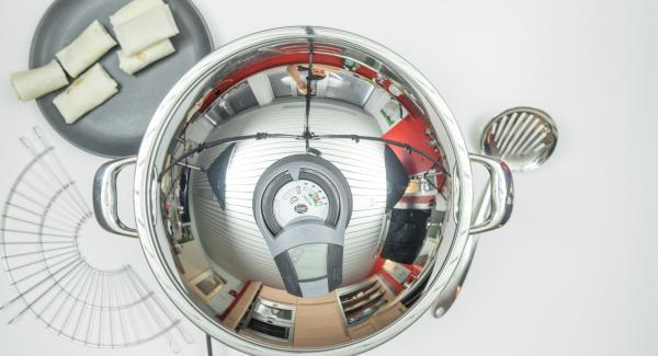 Al suono di Audiotherm, abbassare Navigenio a livello 2 e inserire metà degli involtini primavera. Coprire l'Unità con il coperchio e friggere con l'ausilio di Audiotherm sino a raggiungere il punto di girata a 90°.