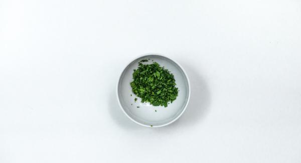 Tritare grossolanamente le foglie di prezzemolo e unirle ai dadini di pane insieme con le uova e la cipolla. Impastare bene il tutto e insaporire con sale e pepe.