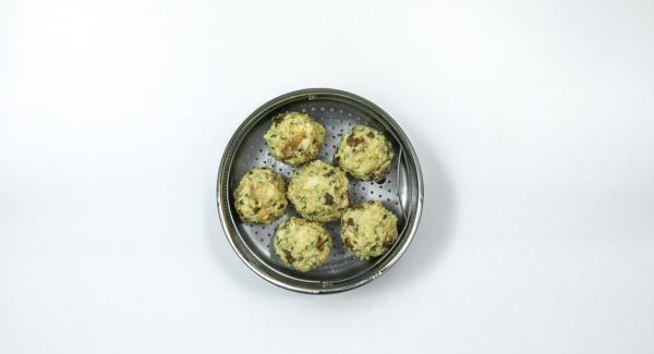 Formare 12 canederli mettendo nel mezzo di ciascuno l'equivalente di un cucchiaino di ripieno. Posizionare 6 canederli in un inserto Softiera 24cm imburrato.