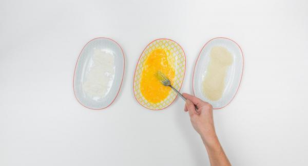 Tagliare il petto di pollo a bocconcini, insaporirli con sale, pepe e paprica. Sbattere l'uovo in un piatto fondo, versare la farina e il pangrattato in due piatti separati.