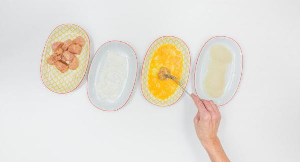 Passare la carne dapprima nella farina, poi nell'uovo sbattuto e infine nel pangrattato.