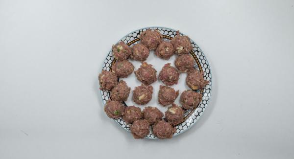 Lavorare la carne macinata con l'uovo, il panino drenato e spremuto, aglio e prezzemolo. Condire il tutto con sale e pepe e formare 20 polpette di carne.