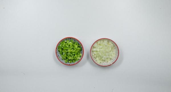 Per la salsa, sbucciare le cipolle, pulire i peperoni e tagliarli a cubetti.