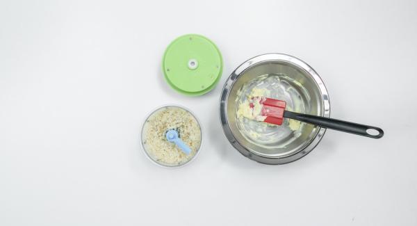 Lavare il lime con acqua calda, grattugiare la scorza e spremere il succo. Togliere i semi del peperoncino e tagliarlo a dadini. Montare il burro a crema. Tagliare finemente il pane nel Tritamix e mescolarlo con il burro.