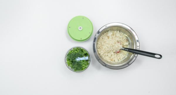 Tritare finemente la rucola insieme con l'aneto nel Tritamix e aggiungere il burro.