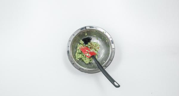 Aggiungere il peperoncino, la scorza e il succo di lime e mescolare bene. Condire con sale, pepe e salsa di soia.