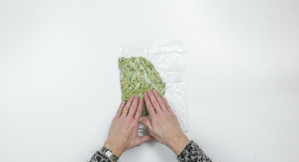 Stendere l'impasto tra due fogli di pellicola delle dimensioni dei filetti di salmone e mettere in frigo per 30 minuti.