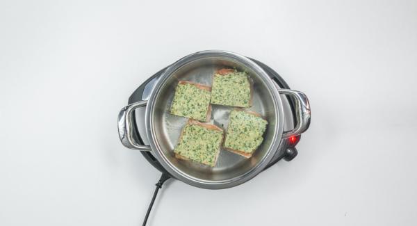 Tagliare il composto per la crosta in pezzi di dimensioni adeguate e distribuirli sul pesce.