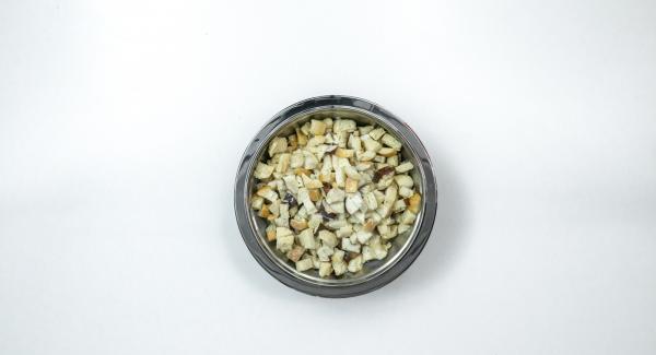 Tagliare i panini a dadini di 1/2 cm. Scaldare il latte, versarlo sul pane e far macerare per mezz'ora circa.