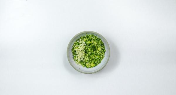 Schiacciare i broccoli. Pelare l'aglio, tritarlo finemente e unirlo ai broccoli. Aggiungere il formaggio fresco e i pinoli e impastare bene. Salare e pepare generosamente.