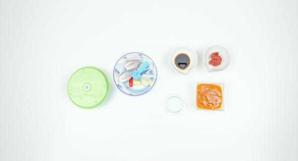 Pelare lo zenzero, lo spicchio d'aglio, lo scalogno e togliere i semi dal peperoncino. Tritare il tutto nel Tritamix.