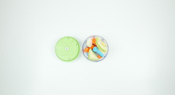 Pelare lo zenzero, l'aglio, la carota, la cipolla, pulire il cavolo e tritare finemente il tutto con Tritamix.