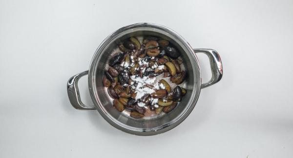 Pulire le susine, snocciolarle e tagliarle a quarti. Metterle nell'Unità di cottura e mescolarle con lo zucchero rimasto e lo zucchero vanigliato. Lasciare riposare per ca. 15 minuti.