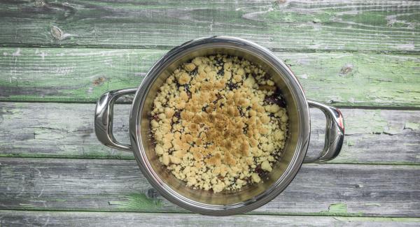 Lasciar intiepidire il crumble e servirlo poi cosparso di zucchero a velo.