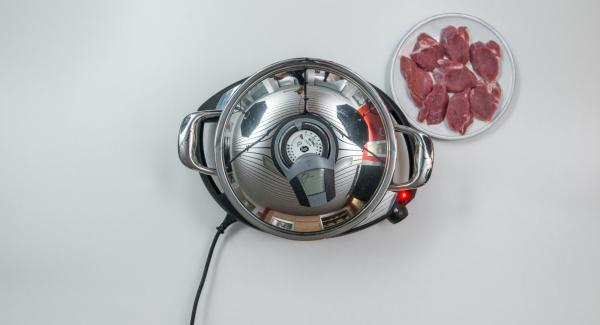 """Dividere l'impasto per la crosta in 8 pezzi. Al suono di Audiotherm, abbassare Navigenio a livello 2, adagiare i medaglioni all'interno dell'Unità, premere leggermente e riposizionare Audiotherm sulla finestra """"carne"""". Al raggiungimento dei 90° girare la carne."""