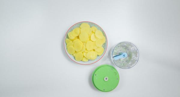 Pelare le patate e tagliarle a fette sottili. Pelare la cipolla e tagliarla a dadini.