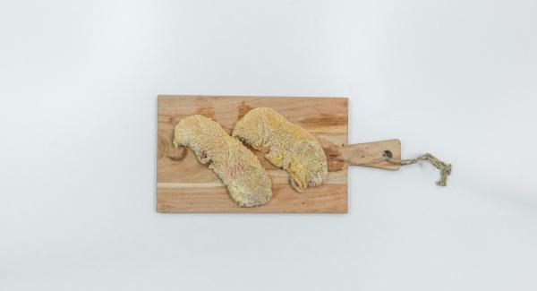 Mettere la farina e il pangrattato in due piatti diversi. Rompere l'uovo in una fondina e montarlo con una forchetta. Passare le cotolette nella farina, nell'uovo e infine nel pangrattato. Scuoterle leggermente per eliminare la panatura in eccesso.